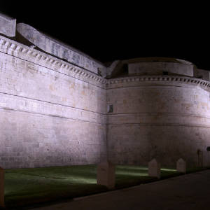 Forte Michelangelo illuminato di notte
